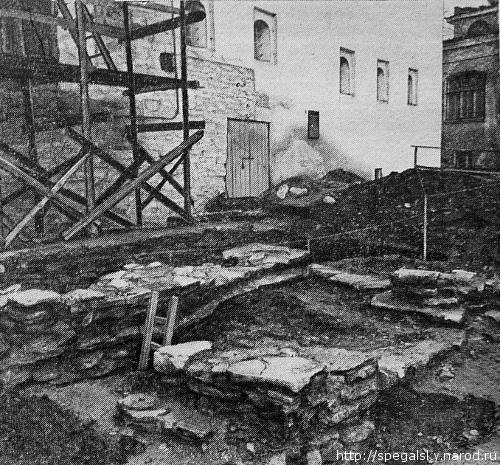 Раскопки крыльца Поганкиных палат (1982), подтвердившие реконструкцию Ю. П. Спегальского, выполненную в 1945 г.