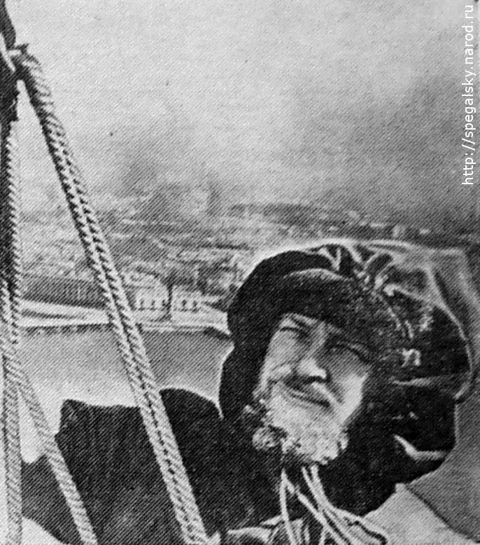 Ю. П. Спегальский в момент восхождения на шпиль Петропавловской крепости. Ленинград, 1957.